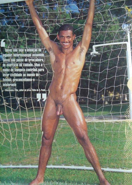 Jogador Vampeta pelado na revista G Magazine