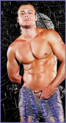 Lucas Barreto pelado de pau duro na revista G Magazine