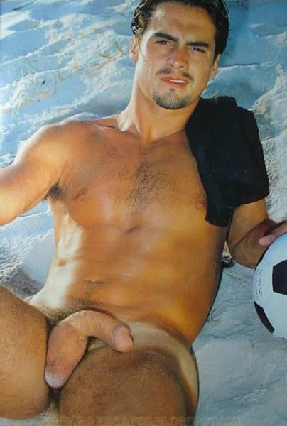 Jogador Bruno Carvalho nu na revista G Magazine