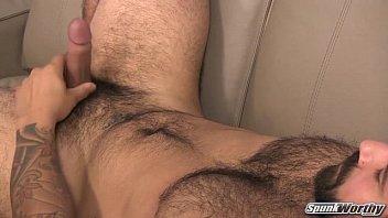 Urso pelado batendo punheta e gozando pra valer