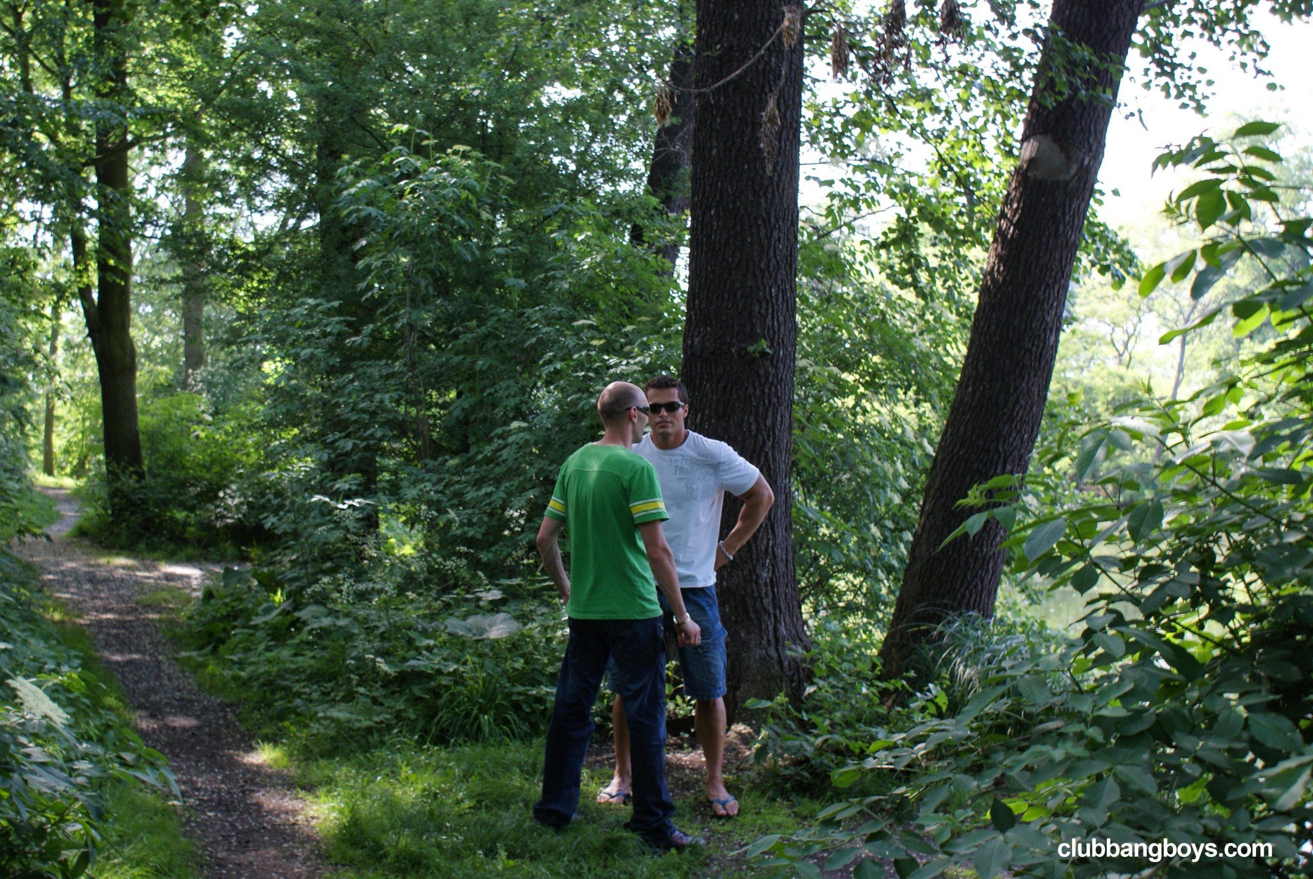 Casal gay fazendo sexo ao ar livre no meio do mato