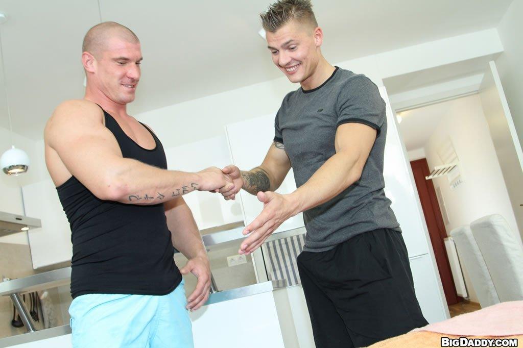 Homens tatuados fazendo sexo gay quente sem frescura