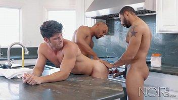 Sexo gay grupal com três homens musculosos