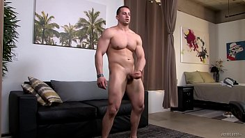 Vídeo gay de homem musculoso batendo punheta