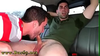 Homem guloso fazendo boquete dentro do carro