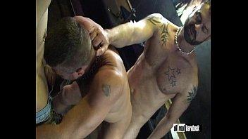 Sexo gay quente e forte com musculoso metendo sem dó